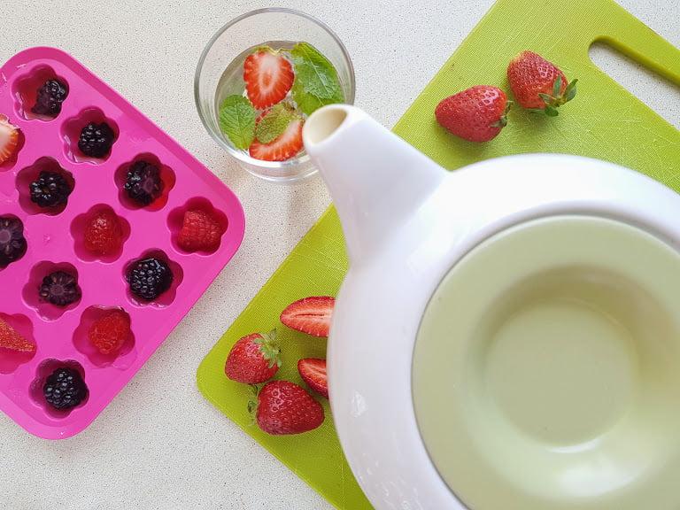 Domowa lemoniada dla dzieci - kostki lodu z owocami