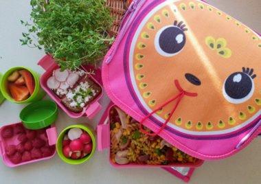 Różowy lunchbox do szkoły