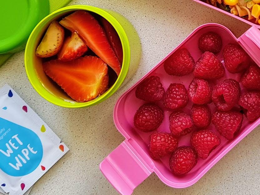 Różowy lunchbox do szkoły - maliny