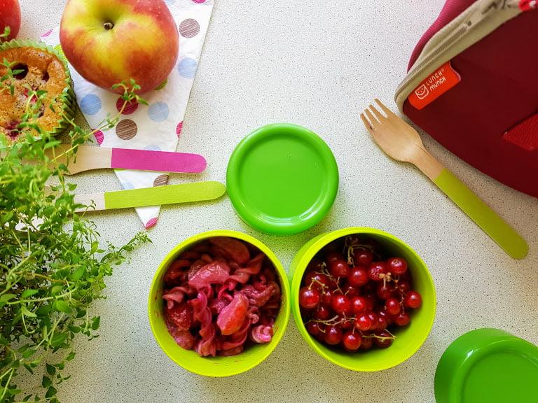 Czerwony lunch box Makaron z soczewicy z truskawkami