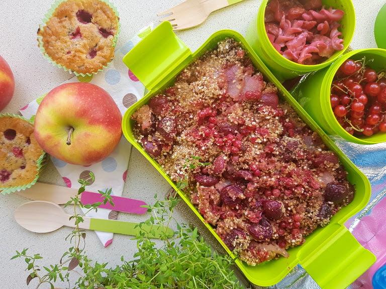 Czerwony lunch box Muffiny z malinami