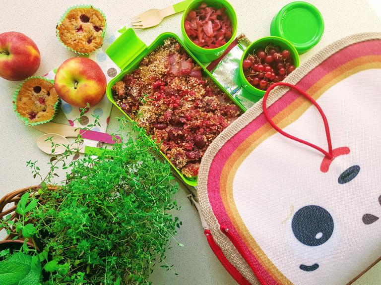 Czerwony lunch box szybkie dania z owoców sezonu w modzie!