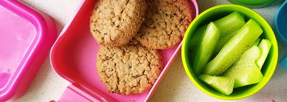 zdrowe przekąski na drogę - ciastka jaglane + ogórki