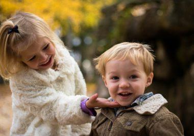 gry i zabawy dla dzieci dawniej i dzis chlopiec i dziewczynka