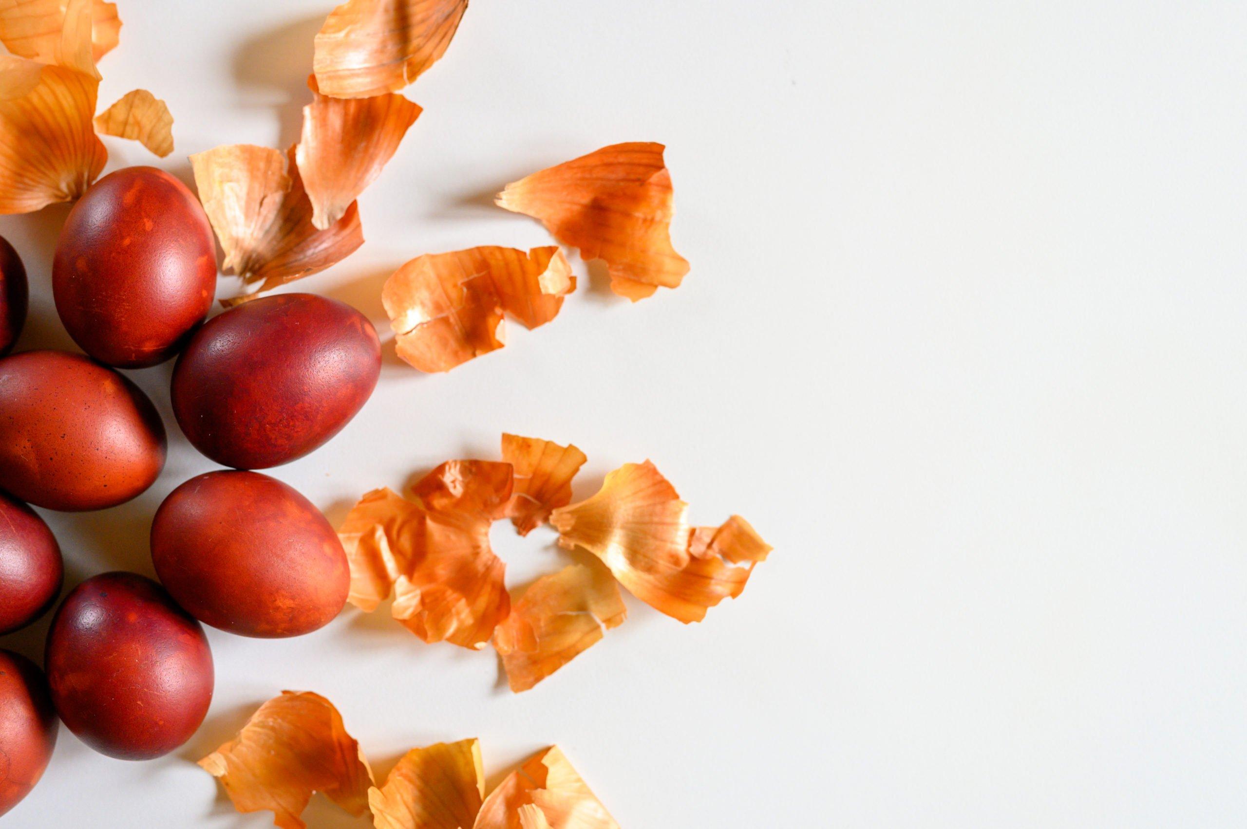 malowanie jajek w cebuli sposob